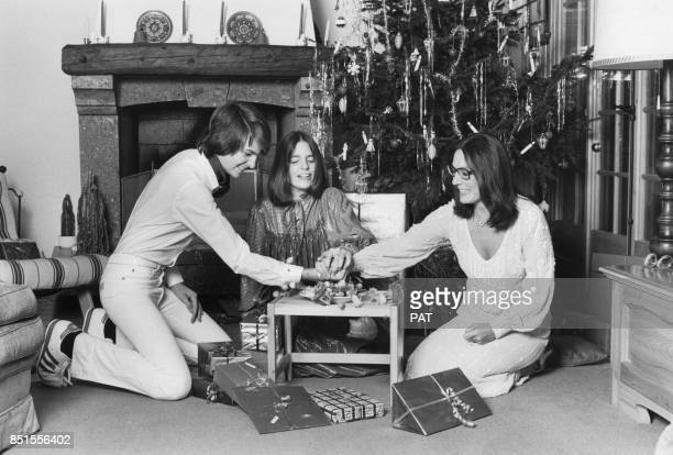 Nana Mouskouri dans son chalet avec ses enfants Nicolas et Hélène en décembre 1981 à Villars Suisse
