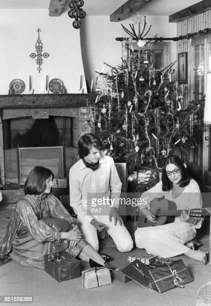 Nana Mouskouri dans son chalet avec ses enfants Nicolas et Hélène le 25 décembre 1981 à Villars, Suisse.
