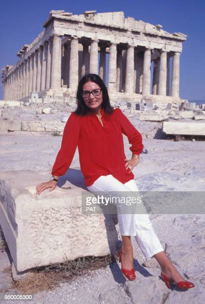 Nana Mouskouri devant l'Acropole circa 1980 à Athènes Grèce