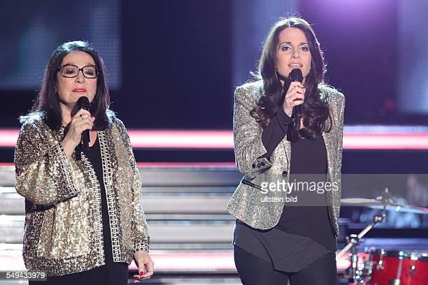 Nana Mouskouri - die griechische Saengerin im Duett mit ihrer Tochter Lenou bei der TV-Show - Willkommen bei Carmen-Nebel - aus dem Velodrom in...