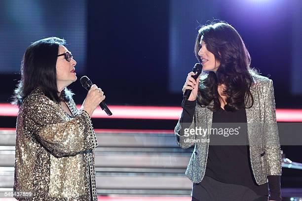 Nana Mouskouri die griechische Saengerin im Duett mit ihrer Tochter Lenou bei der TVShow Willkommen bei CarmenNebel aus dem Velodrom in Berlin