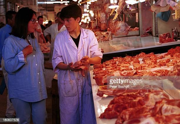 Nana Mouskouri Dreharbeiten zum ARDSpecial 'Ein Star und seine Stadt' Athen Griechenland Markthalle Einkauf Fleisch Verkäufer