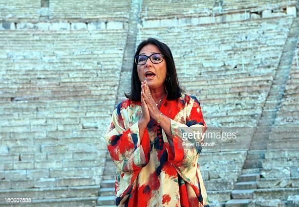 Nana Mouskouri Dreharbeiten zum ARDSpecial Ein Star und seine Stadt Athen Griechenland EpitaurusTheater Drehszene Gesang