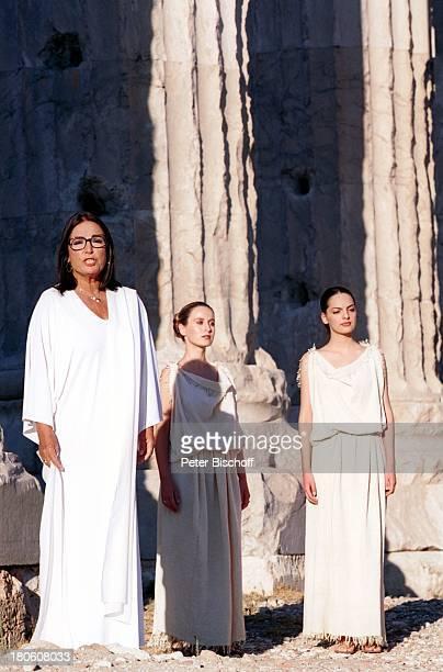 Nana Mouskouri Dreharbeiten zum ARDSpecial 'Ein Star und seine Stadt' ZeusTempel histor Olympiastadion Athen Griechenland Frauen singen