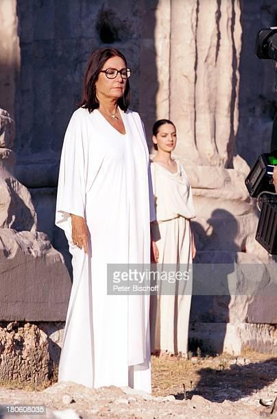 Nana Mouskouri Dreharbeiten zum ARDSpecial 'Ein Star und seine Stadt' ZeusTempel histor Olympiastadion Athen Griechenland Frau