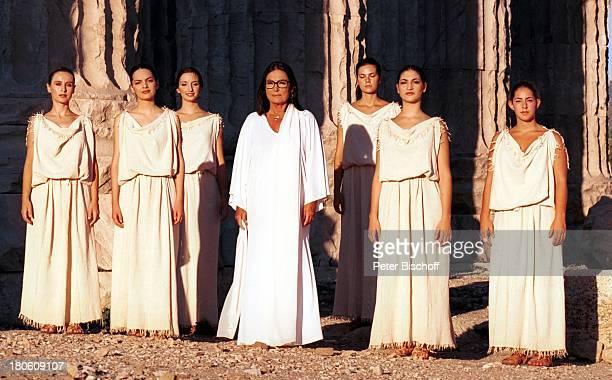 Nana Mouskouri Dreharbeiten zum ARDSpecial 'Ein Star und seine Stadt' Athen Griechenland ZeusTempel histor Olympiastadion Frauen Gesang