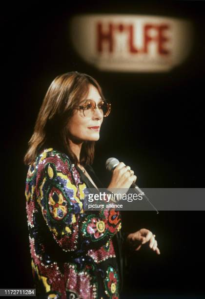 Nana Mouskouri during a performance in Germany on 16 October 1986.The greek singer and politician was born an 13 October 1934. | usage worldwide