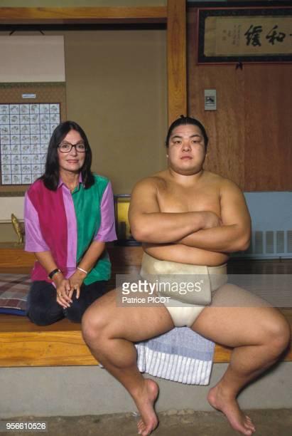 Nana Mouskouri en compagnie d'un sumo à Tokyo en septembre 1990 Japon