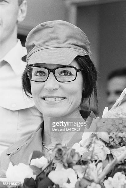 Nana Mouskouri, en uniforme, est allée chanter devant les troupes françaises à Berlin-Ouest, Allemagne, le 14 juillet 1982.