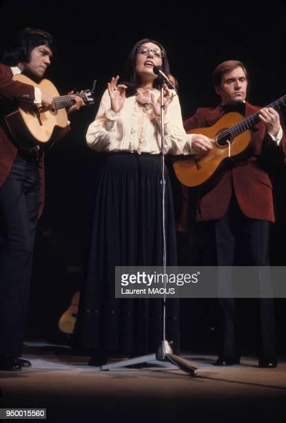 Nana Mouskouri entourée de ses musiciens lors d'un concert circa 1970 à Paris France