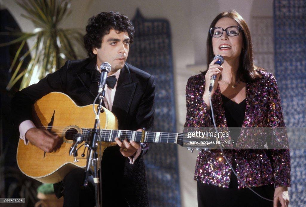 Nana Mouskouri lors d'un show télévisé en 1984 : Photo d'actualité