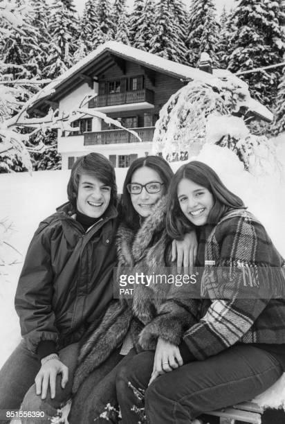Nana Mouskouri et ses enfants Nicolas et Hélène se promènent dans la neige en décembre 1981 à Villars, Suisse.