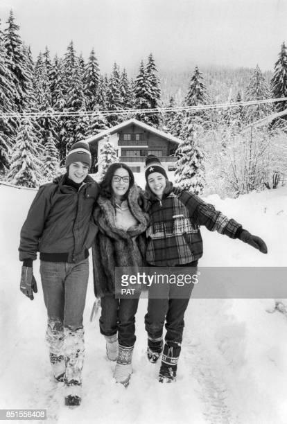 Nana Mouskouri et ses enfants Nicolas et Hélène se promènent dans la neige en décembre 1981 à Villars Suisse