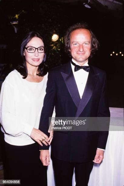 Nana Mouskouri et son mari André Chapelle lors d'une soirée du Variety Club au Pré Catelan à Paris le 1er juillet 1985, France.