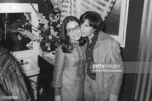 Nana Mouskouri félicitée par Hugues Aufray dans sa loge après un concert à Paris, France, circa 1960.