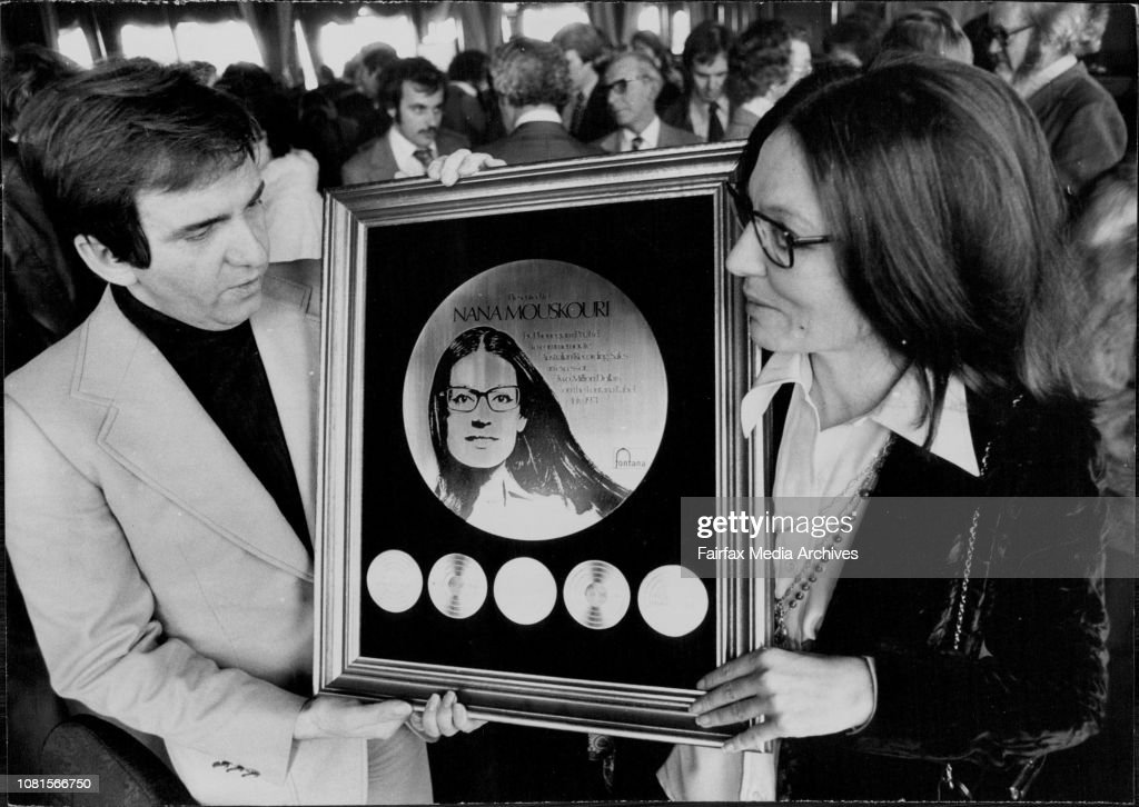 Nana Mouskouri Gold Record Presentation: Nana and Husband George with her Gold Record at the Caprice this afternoon after the presentation.Nana Mouskouri was this afternoon presented with a gold record at the Caprice Restaurant Rose Bay. : Photo d'actualité
