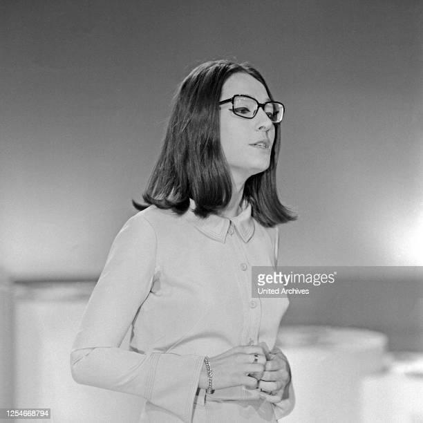 Nana Mouskouri, griechische Sängerin, bei einem Auftritt im deutschen Fernsehen, Deutschland 1969.