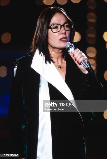 Nana Mouskouri, griechische Sängerin und Politikerin, bei einem Auftritt im deutschen Fernsehen, Deutschland um 1992.