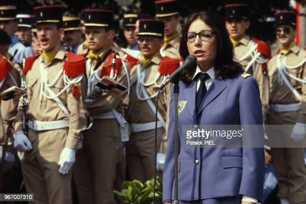 Nana Mouskouri habillée en militaire chante avec l'armée française à Berlin le 14 juillet 1982 Allemagne
