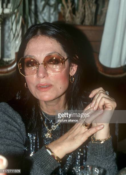 Nana Mouskouri in February 1985 in Munich.The greek singer and politician was born an 13 October 1934. | usage worldwide
