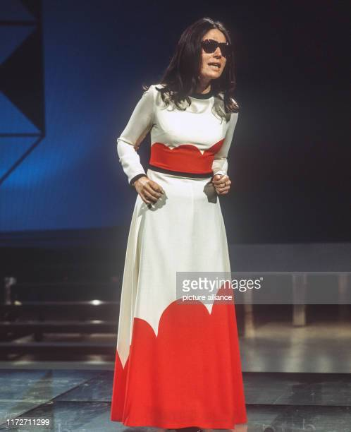 Nana Mouskouri in March 1975 at the rehearsals of the ARD Schlagerparade.The greek singer and politician was born an 13 October 1934. | usage...