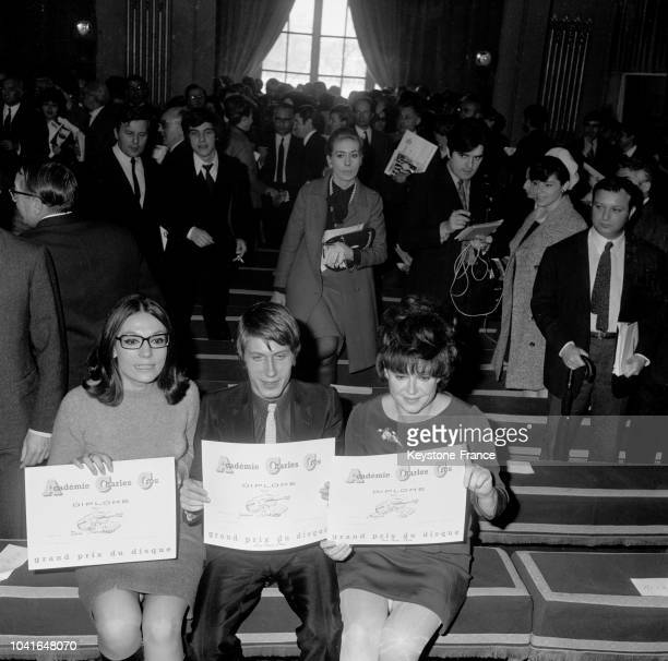 Nana Mouskouri Jacques Dutronc et Régine présentant leurs diplômes à Paris France le 9 mars 1967