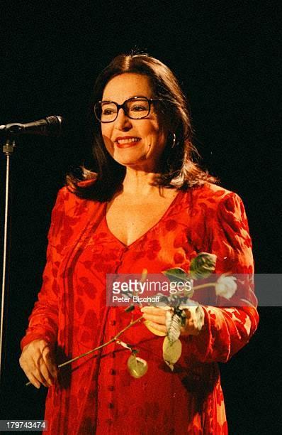 Nana Mouskouri Konzert Congreß CentrumBremen Mikrofon Brille Blume Rose