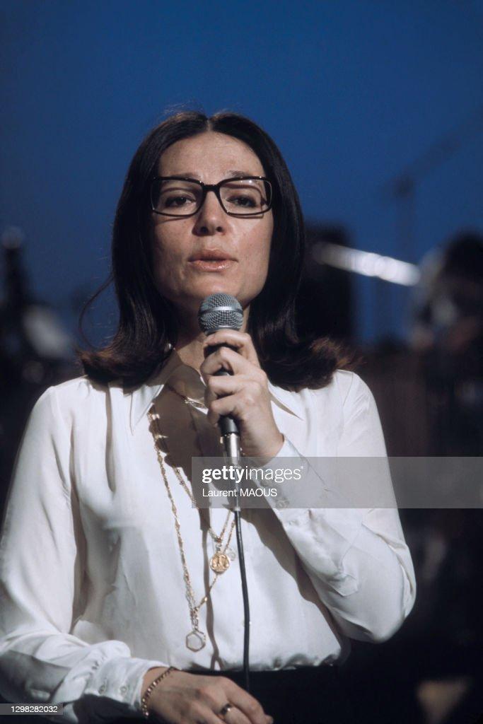 Nana Mouskouri lors d'un show télé en 1974 : Photo d'actualité