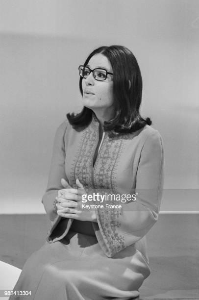 Nana Mouskouri lors des répétitions de l'émission télévisée 'La grande bousculade' aux studios des ButtesChaumont à Paris en France le 12 mai 1969