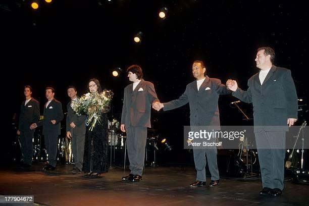 Nana Mouskouri mit Band Chorsänger 1 Konzert während Tournee Augsburg Bayern Deutschland Europa Auftritt Bühne Blumen Blumenstrauß Brille Sängerin...