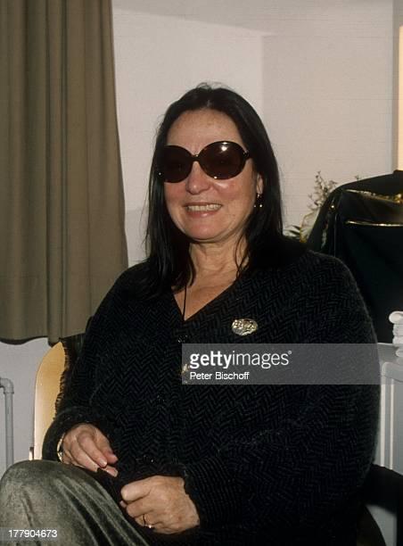 Nana Mouskouri mit Band Chorsänger nach 1 Konzert während Tournee Augsburg Bayern Deutschland Europa Garderobe Sonnenbrille Sängerin BB/KS