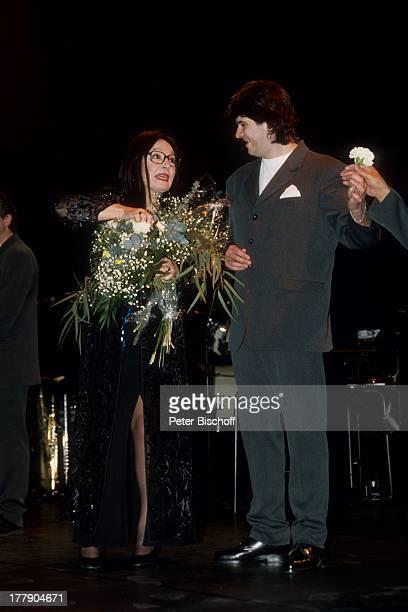Nana Mouskouri mit Chorsänger 1 Konzert während Tournee Augsburg Bayern Deutschland Europa Auftritt Bühne Blumen Blumenstrauß Brille Sängerin BB/KS