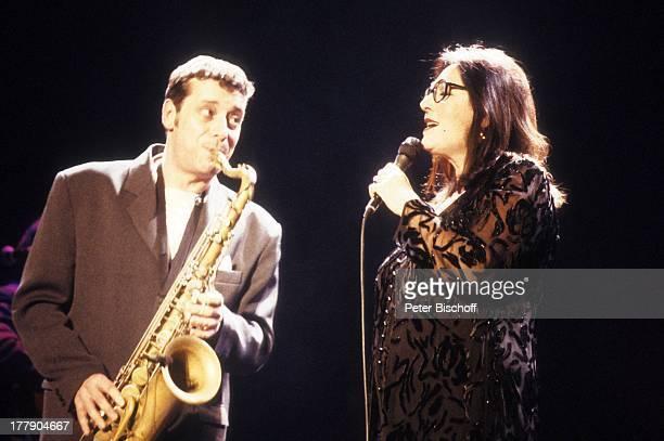 Nana Mouskouri mit Saxophonist 1 Konzert während Tournee Augsburg Bayern Deutschland Europa Auftritt Bühne Mikro singen Brille Sängerin BB/KS