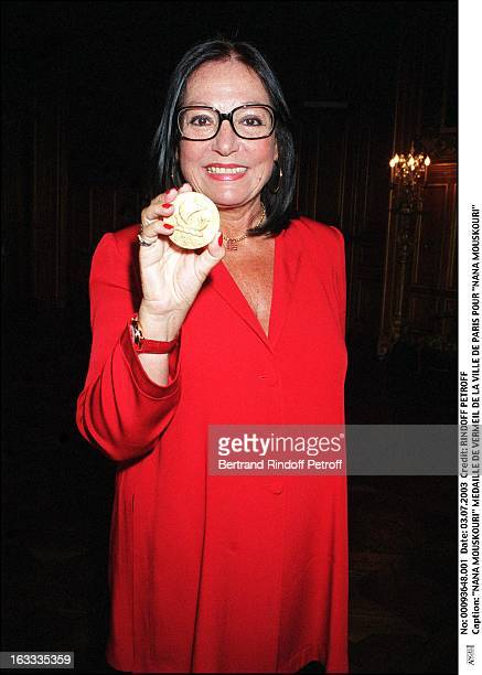 "Nana Mouskouri ""Nana Mouskouri"" receives the Vermeil medal from the city of Paris."