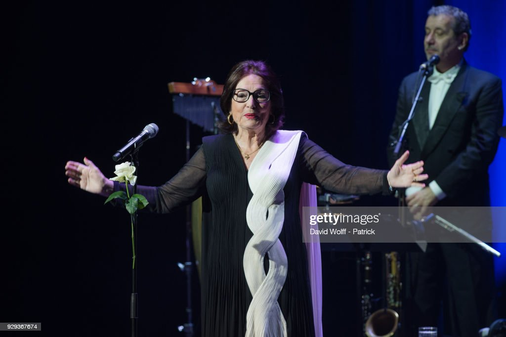 Nana Mouskouri Performs At Salle Pleyel In Paris : Photo d'actualité