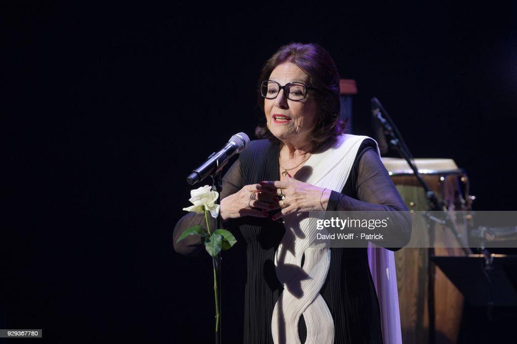 Nana Mouskouri Performs At Salle Pleyel In Paris : Photo d'actualité