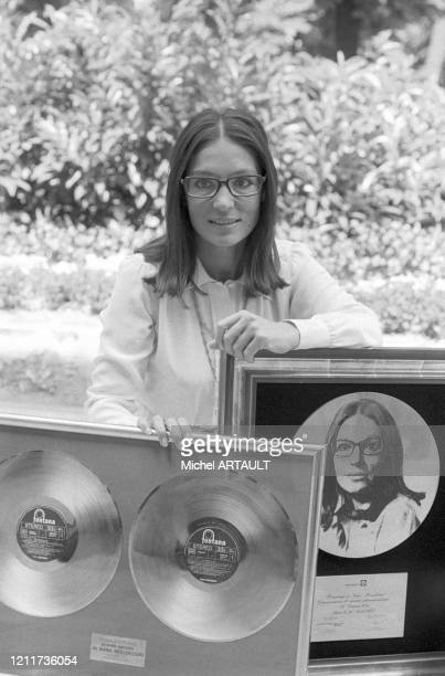 Nana Mouskouri pose avec son disque d'or à Paris le 28 aout 1975 France
