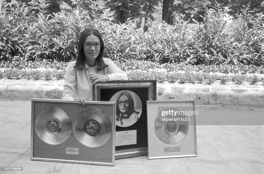 Nana Mouskouri reçoit un disque d'or en 1975 : News Photo