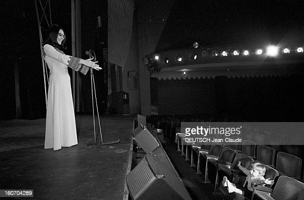 Nana Mouskouri Repeated Her Recital At Olympia. Paris- 25 Septembre 1969- Lors de sa répétition en compagnie de son mari Georges PETSILAS, Nana...