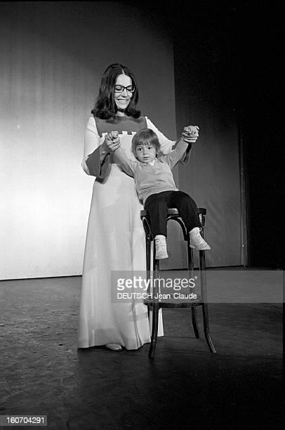 Nana Mouskouri Repeated Her Recital At Olympia Paris 25 Septembre 1969 Lors de sa répétition Nana MOUSKOURI chanteuse grecque souriant en longue robe...
