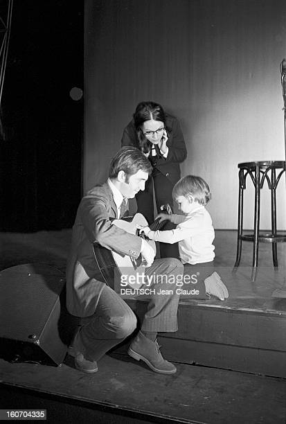 Nana Mouskouri Repeated Her Recital At Olympia. Paris- 25 Septembre 1969- Lors de sa répétition en compagnie de son mari Georges PETSILAS,...