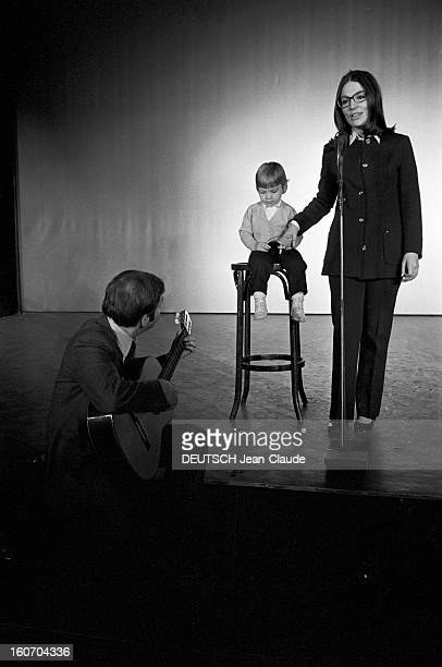 Nana Mouskouri Repeated Her Recital At Olympia. Paris- 25 Septembre 1969- Lors de sa répétition en compagnie de son mari Georges PETSILAS, assis au...
