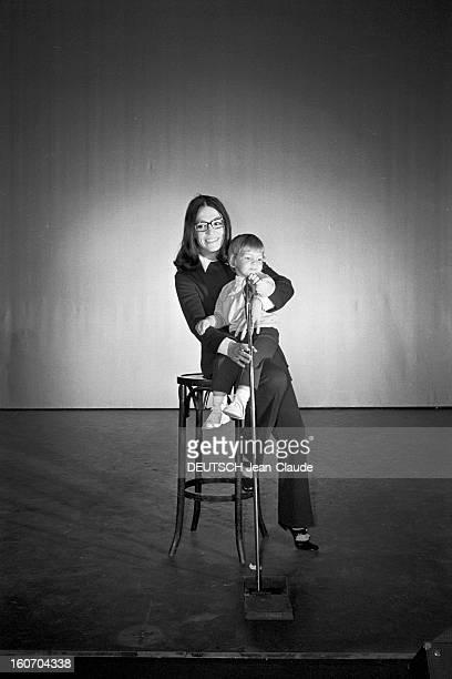 Nana Mouskouri Repeated Her Recital At Olympia Paris 25 Septembre 1969 Lors de sa répétition Nana MOUSKOURI chanteuse grecque en costume sombre...