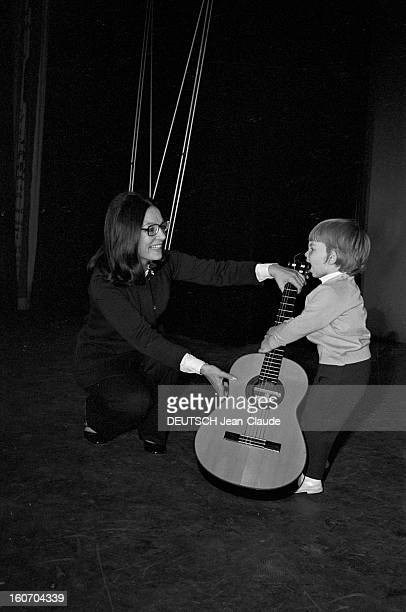 Nana Mouskouri Repeated Her Recital At Olympia. Paris- 25 Septembre 1969- Lors de sa répétition, Nana MOUSKOURI, chanteuse grecque, en costume...