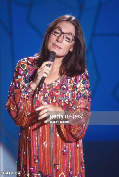 Nana Mouskouri singt bei der letzten Sendung der ARD Spielshow Auf los geht's los in der Philipshalle in Düsseldorf Deutschland 1986 International...