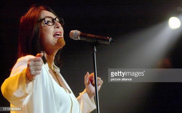 Nana Mouskouri startet am 3.5.2000 in der Alten Oper in Frankfurt ihre Tournee durch Deutschland. Unverwechselbar mit klassischer Hornbrille...