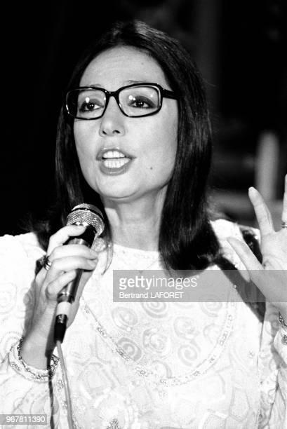 Nana Mouskouri sur le plateau de l'emission 'Formule 1' à Paris le 20 octobre 1983 France