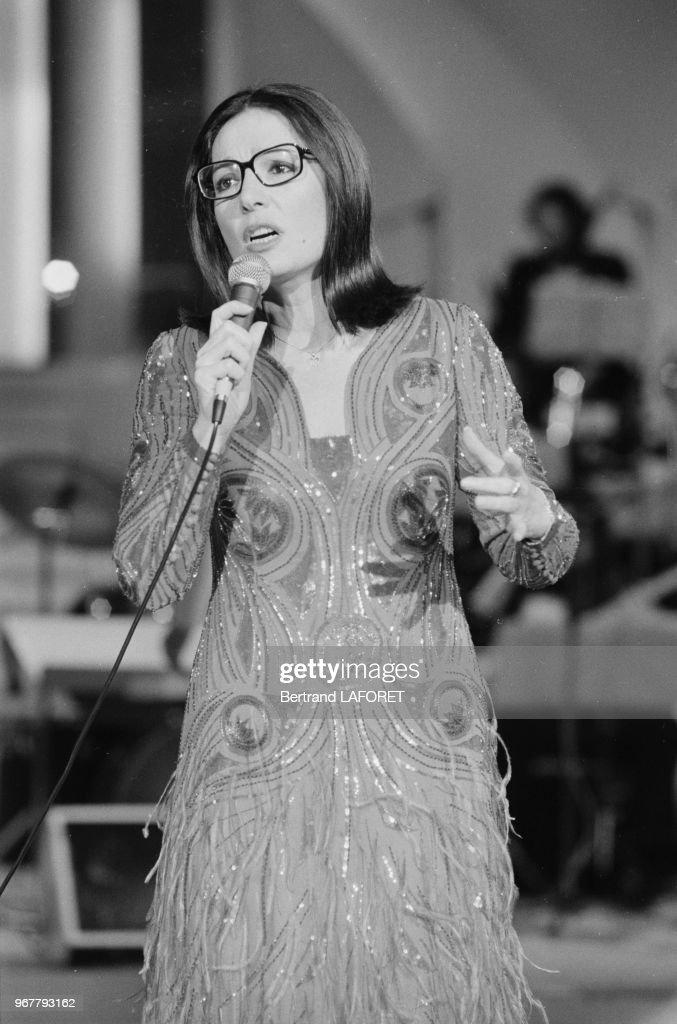 Nana Mouskouri lors d'un show télévisé en 1981 : Photo d'actualité
