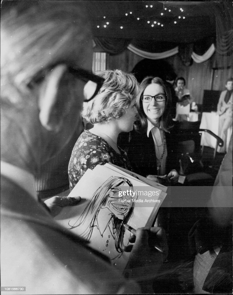 Nana Mouskouri was this afternoon presented with a gold record at the Caprice Restaurant Rose Bay.A view over Fairfax Artists' shoulder of Tony Rafty as he sketches Nana at the reception this afternoon. : Photo d'actualité