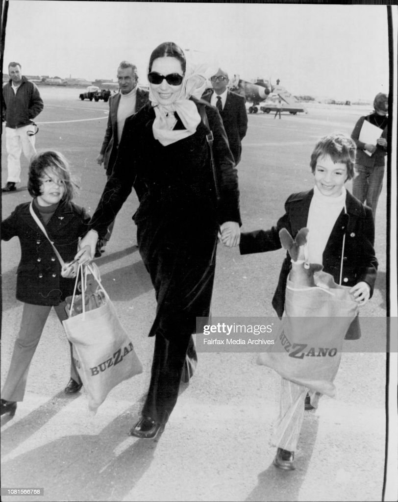 Nana Mouskouri with Children Nicholas 6 and Helene who is 4 tomorrow arrive at Mascot.Greek singer Nana Mouskouri arrived in Sydney from Melbourne for concerts. Interviewd at TAA lounge, Mascot airport. : Photo d'actualité